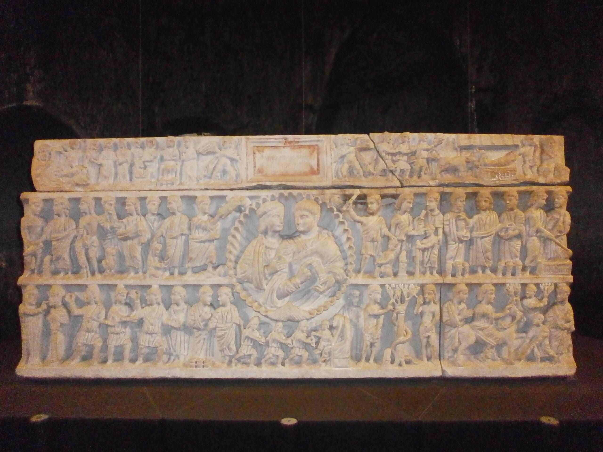 Figure 2. Sarcophage d'Adelfia. De Syracuse. Cuve : deuxième quart du IVe siècle après J.-C. Couvercle : probablement plus tardif. Museo Archeologico Regionale Paolo Orsi (Photo : auteur)