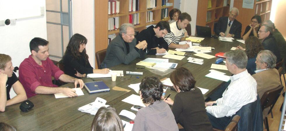 """""""Boursiers, chercheurs et professeurs réunis pour un atelier de recherche, 2005"""" (DSC01203)."""
